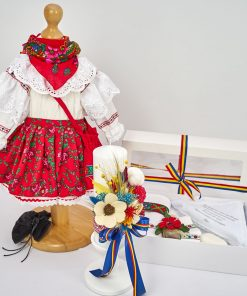 trusou fetita traditional cu bundita, lumanare florala si trusou popular biserica